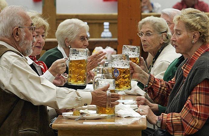 Otra cantinero: tomar cerveza ayuda a vivir más