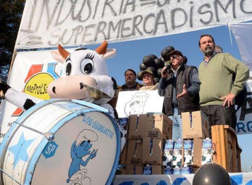 Los tamberos protestaron por la situación del sector y regalaron leche