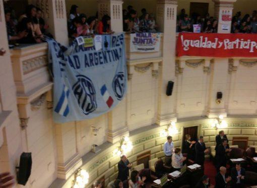 Mujeres por la Paridad se congregaron en la Legislatura