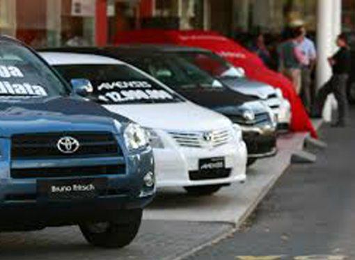 Quieren prohibir que concesionarias exhiban autos en las veredas