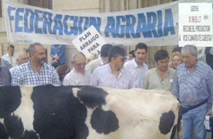 """FAA: """"Si el Estado quiere salvar a productores lecheros, debe asistirlos urgentemente"""""""