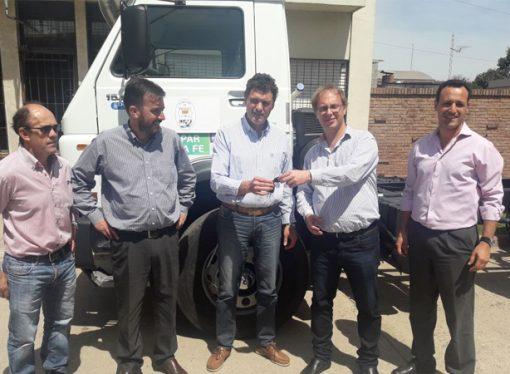 La provincia entregó camiones en San Martín de las Escobas y Colonia Belgrano