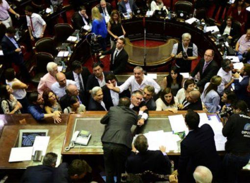 Entre gritos e insultos, levantaron la sesión por la reforma previsional