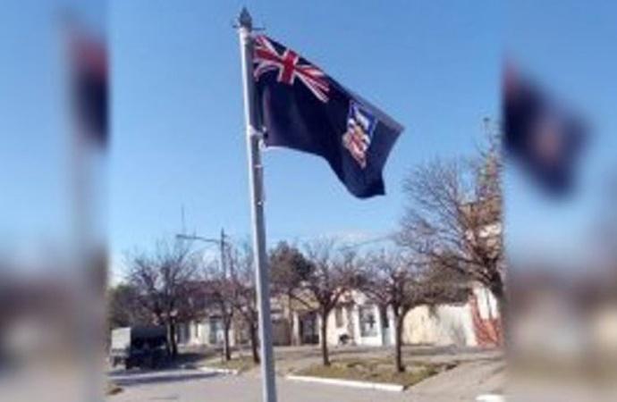 Ponen una enseña británica de Malvinas en acto del 9 de Julio