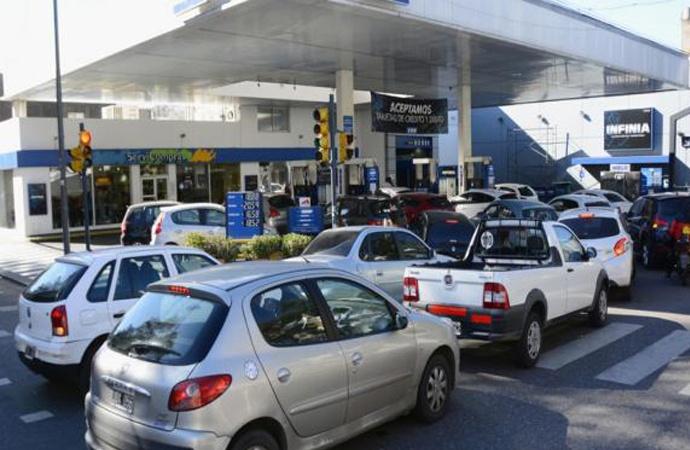 Mediante un Decreto, el Gobierno congeló por 90 días el precio de la nafta y el gasoil