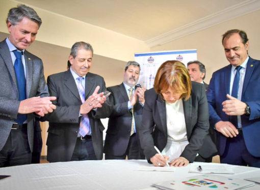 Santa Fe firmó convenio con industria para crear la mesa del gas y del petróleo