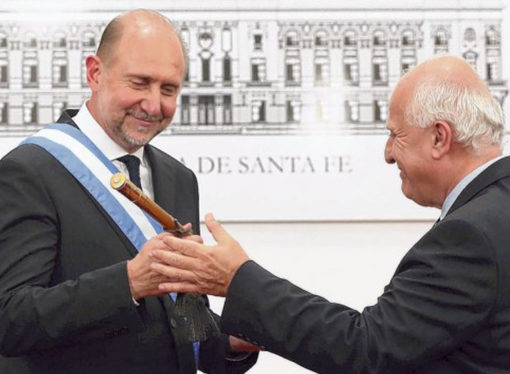 Perotti recibió los atributos de mando por parte de Miguel Lifschitz