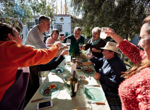 El gobierno prohíbe reuniones sociales por 15 días a raíz del aumento de casos