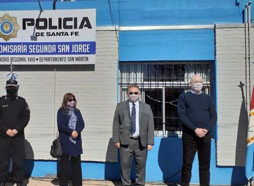 Junto al ministro de Seguridad de la Provincia, Berra entregó motos en la región
